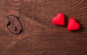 木製の背景に 2 つの赤いハート — ストック写真