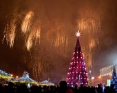 Beautiful Christmas tree and fireworks — Stock Photo