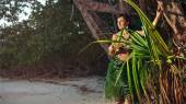 Indigene woman in the palm skirt on the tropical forest backgrou — Stock Photo