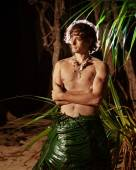Indigene man in the palm skirt on the tropical background — Stock Photo