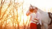 Romantische retro daten. Witte paard op de achtergrond. — Stockfoto