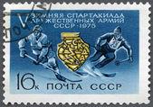 SSCB - 1975: Oyunlar amblemi buz hokeyi oyuncusu ve kayakçı, 5 kış Spartakiad dostu orduları gösterir — Stok fotoğraf