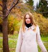 Giovane donna nella foresta d'autunno — Foto Stock
