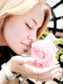 žena voní růže — Stock fotografie