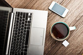 Open laptop and cup of tea — Stockfoto