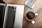 Ordinateur portable ouvert et tasse de thé — Photo