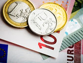 Euro and ruble coins on euro banknotes — Stock Photo