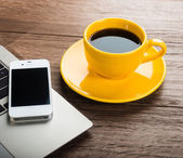 Laptop, smartphone en koffie beker — Stockfoto