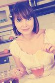 Gelukkige vrouw met thee — Stockfoto
