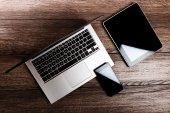 Přenosný počítač s telefonem a tablet — Stock fotografie