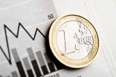 One euro coin on fluctuating graph. — Stock Photo