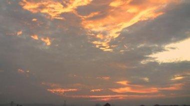 Sun rises through the clouds — Vidéo