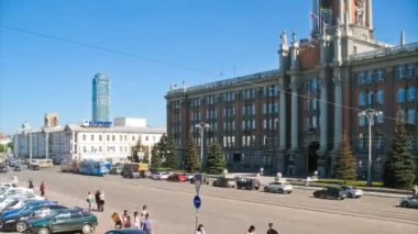 Cars moving in the city centre of Ekaterinburg — Stock Video