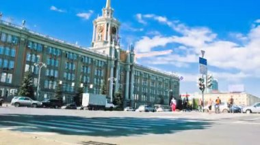 Pedestrian crossing near city hall of Ekaterinburg — Stock Video