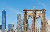 Brooklyn Bridge with lower Manhattan skyline — Stock Photo