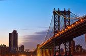 Silhueta de manhattan bridge e skyline — Foto Stock
