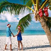 Couple on the beach at christmas — Zdjęcie stockowe