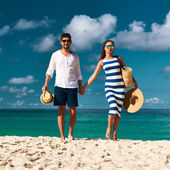 Couple on beach at Seychelles — Foto Stock