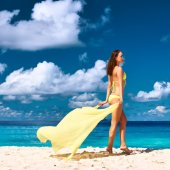 Woman with sarong at beach — Stock Photo