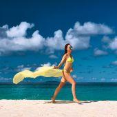 Woman with sarong at beach — Stock Photo