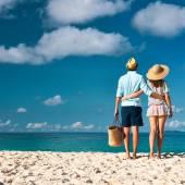 Couple on beach at Seychelles — Zdjęcie stockowe