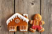 Christmas gingerbread man and house cookies — Stock Photo