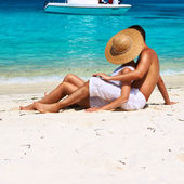 Couple on beach at Maldives — Stock Photo