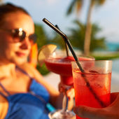 Couple clinking glasses with cocktails — Stock Photo