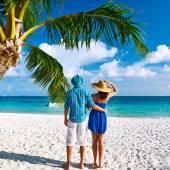在马尔代夫海滩上的情侣 — 图库照片