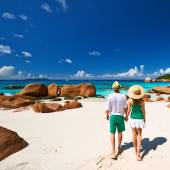 Couple walking on beach at Seychelles — Stok fotoğraf