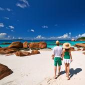 Couple walking on beach at Seychelles — Stock Photo