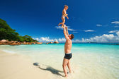 Father and boy playing on beach — Stok fotoğraf