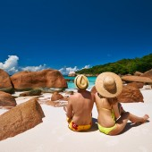 Couple sitting on a beach at Seychelles — Stock Photo