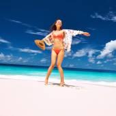 Kobieta z chusta na plaży — Zdjęcie stockowe