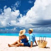 Couple relaxing on tropical beach — Stock Photo