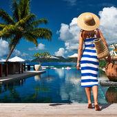 Kvinna nära poolen jetty — Stockfoto
