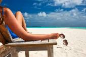 Woman at beach with sunglasses — Stock Photo