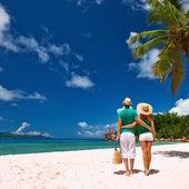 Para relaksujący na tropikalnej plaży — Zdjęcie stockowe