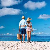 热带的海滩上,情侣 — 图库照片