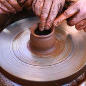 陶轮上工作的手 — 图库照片