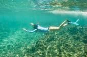 Vrouw met masker snorkelen — Stockfoto