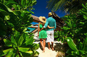 Couple on a beach at Seychelles — Stock Photo