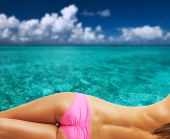 Woman on tropical beach at Maldives — Stock Photo