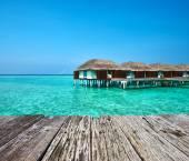Belle plage avec des bungalows de l'eau — Photo