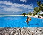 Havuz başında şapkalı kadın — Stok fotoğraf