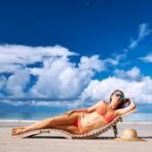 Frau im bikini am strand liegen — Stockfoto