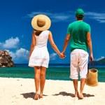 pareja en una playa en seychelles — Foto de Stock   #74763145