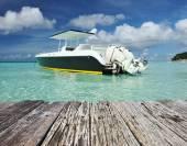 Красивый пляж с моторной лодки — Стоковое фото