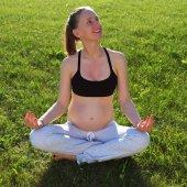 孕妇做瑜伽户外 — 图库照片