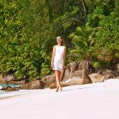 Woman wearing dress on beach — Stock Photo